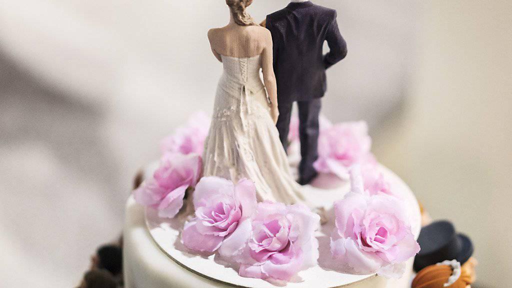 Der Bund muss seine Zahlen zur Heiratsstrafe korrigieren. Rund doppelt so viele Ehepaare sind betroffen.