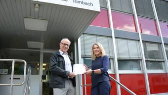 Vor rund einem Jahr – auf dem Bild SP-Präsident Ruedi Gugger mit Verwaltungsleiterin Chantal Müller am 27. Juni 2016 – reichten noch 100 Unterschriften für eine ausserordentliche Gemeindeversammlung, nun braucht es 173.