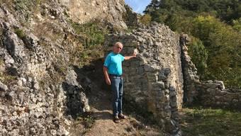 Künstler Ruedi Fluri an dem Ort, wo die Papiermodule auf der Ruine Neu Falkenstein aufgebaut werden sollen. Mit der Aktion «Balsthal weiterdenken» soll auch die Ruine neue Impulse erhalten.