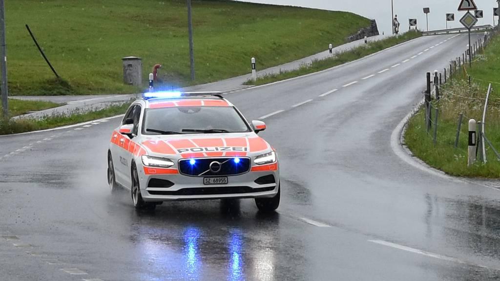 Ein Mann schiesst im Kanton Schwyz auf Polizeifahrzeug