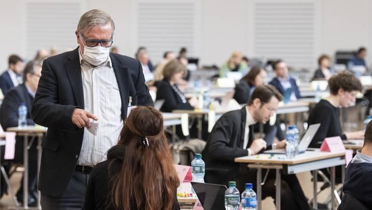 Kantonsräte besprechen die Lage anlässlich der Kantonsratssitzung während der Corona-Pandemie.