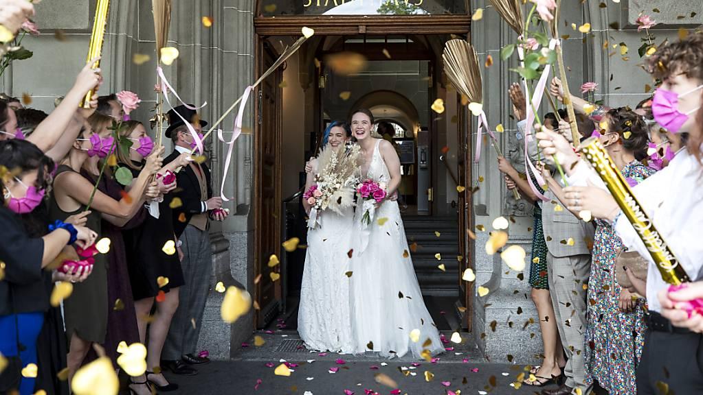 Gemäss einer Umfrage kommen die gleichgeschlechtlichen Paare ihrem Ziel der «Ehe für alle» immer näher. (Achivbild)
