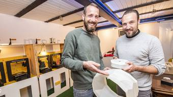 Adrian Hess (l.) und Sebastian Godenzi mit einer gedruckten Leuchte.