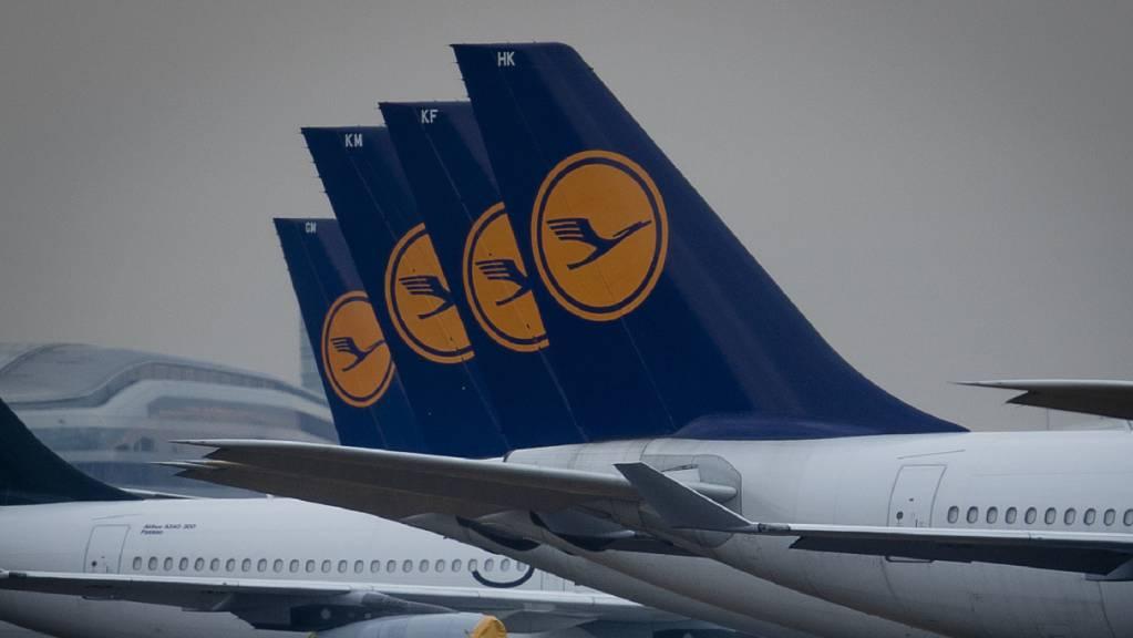 Die Lufthansa steigert ihr Flugangebot mit dem Ende vieler Corona-Reisebeschränkungen in Europa im Juni. Die Airlines der Gruppe wollen 2'000 wöchentliche Verbindungen zu mehr als 130 Zielen weltweit an den Start bringen. (Archivbild)