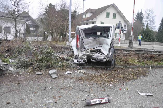 Der herannahende Zug kollidierte dann mit dem Fahrzeug