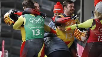 Die deutschen Schlittler Natalie Geisenberger, Johannes Ludwig, Tobias Wendl und Tobias Arlt feiern den Gewinn der Goldmedaille