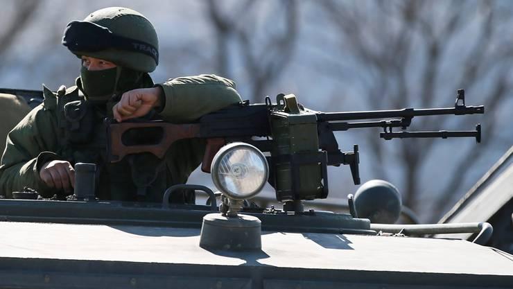 «Krim-Selbstverteidiger» wachen über wichtigen ukrainischen Armeestützpunkt auf der Halbinsel. keystone