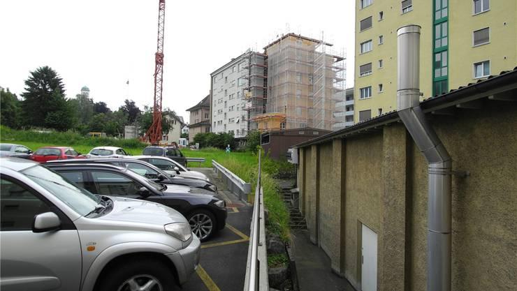 Auf dem Landstück hinten links soll das Warenhaus entstehen. Das niedrige Gebäude rechts ist das heutige Denner-Lokal, welches zugunsten einem direkten Zugangs zum Warenhaus weichen soll.