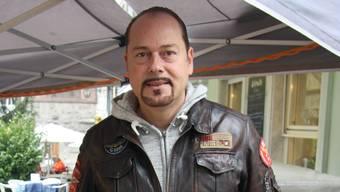 Chris van den Broeke kämpft für den Aussengrill vor dem «Bistraito.»