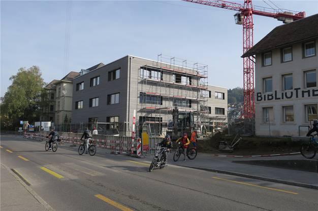 Die vorvergraute Fassade ermöglicht ein gleichmässiges Nachdunkeln.