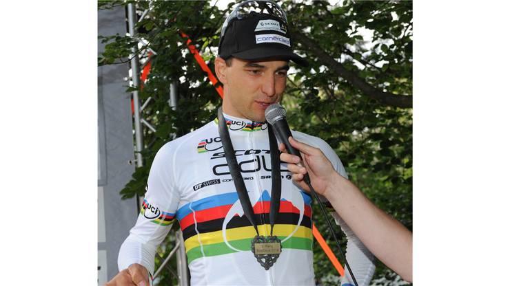 Weltmeister Nino Schurter beim Siegerinterview.