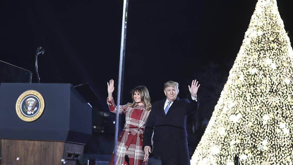 US-Präsident Donald Trump und seine Frau haben am Donnerstag (Ortszeit) den Weihnachtsbaum der US-Nation zum Erleuchten gebracht.