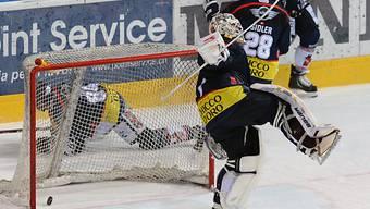 Ambris Goalie Edgars Masalskis kassiert den Treffer zum 1:4