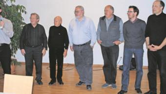 Sie haben aktiv am Buch gearbeitet: Michael Ochsenbein (ganz links), Kurt Ochsenbein, Armin Gugelmann, Jürg Nussbaumer, Hanspeter Zuber, Stephan Srsa und Pfarrer Rolf Weber. Auf dem Bild fehlt Bernd Schultis.