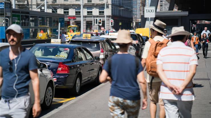 Keine Wohlfühlzone: Vor dem Zürcher Hauptbahnhof verkehren Taxis, Busse, Trams und der private Autoverkehr. Das soll sich ändern.