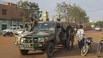 Malische Soldaten auf Patrouille in Sévaré: Im Ort im Zentrum Malis haben Islamisten in einem Hotel, in dem auch UNO-Soldaten untergebracht sind, mehrere Geiseln genommen. (Archivbild)