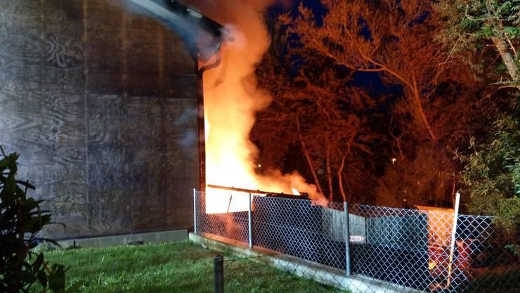 In Schöftland rücken am Freitagmorgen um 4.10 Uhr 80 Feuerwehrleute zu einem Brand aus.