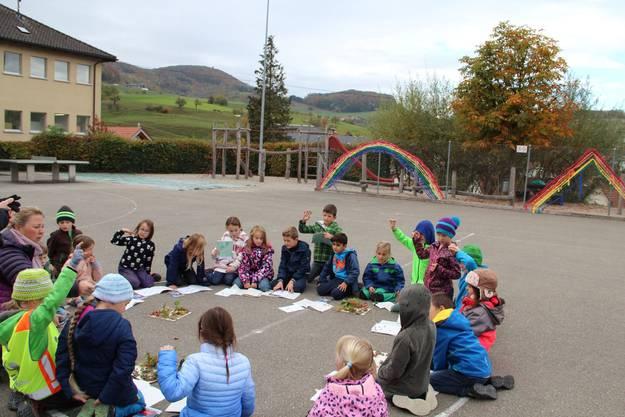 Die Kinder erläutern ihre Gedanken zu den selbstgebauten Wiesellandschaften.