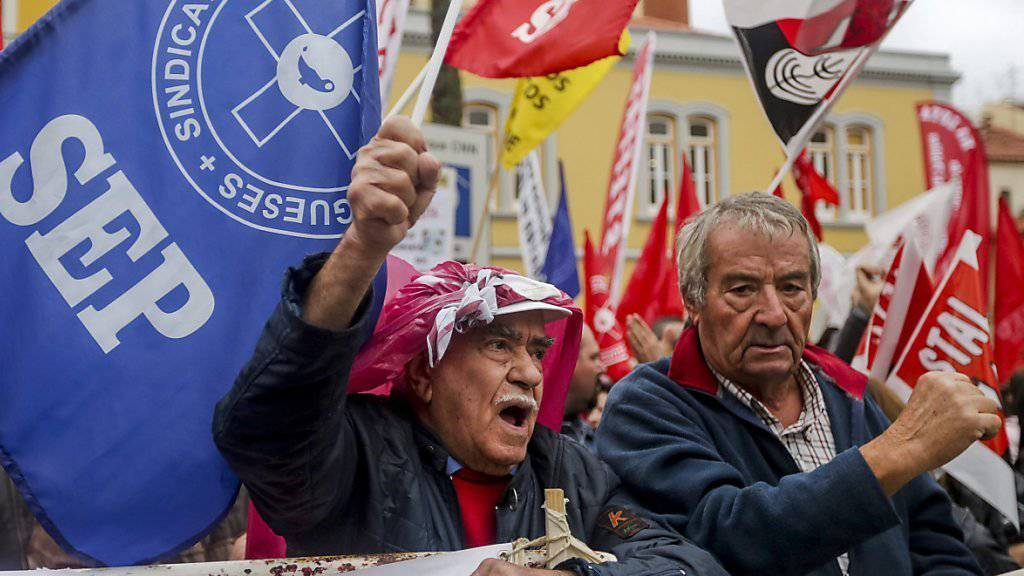 Tausende portugiesische Staatsangestellte sind in Lissabon auf die Strasse gegangen, um höhere Gehälter zu fordern. Zugleich riefen sie die sozialistische Regierung auf, die von ihr versprochene 35-Stunden-Arbeitswoche einzuführen.