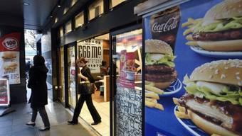 Kunden beim Verlassen eines McDonald's am Mittwoch in Tokio