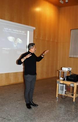 Referent Rolf Schatz beim Vortrag