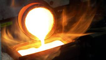 Bei Argor-Heraeus wird ein Goldbarren gegossen. Die Tessiner Firma wird verdächtigt, auch geraubtes Gold eingeschmolzen zu haben.