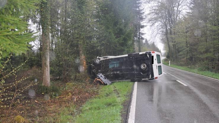 Der Lieferwagen kippte auf die Seite.