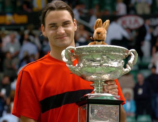 Mit dem Halbfinal-Sieg gegen Ferrero löst Federer diesen als Weltranglistenersten ab. Mit Hewitt und Safin besiegt er auf dem Weg zum ersten Melbourne-Triumph zwei ehemalige Spitzenreiter.