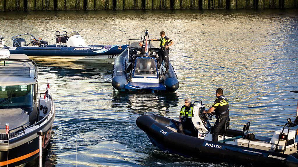 Die Wasserpolizei schleppt eines der beiden Unfallboote nach dem tödlichen Zusammenstoss ab.