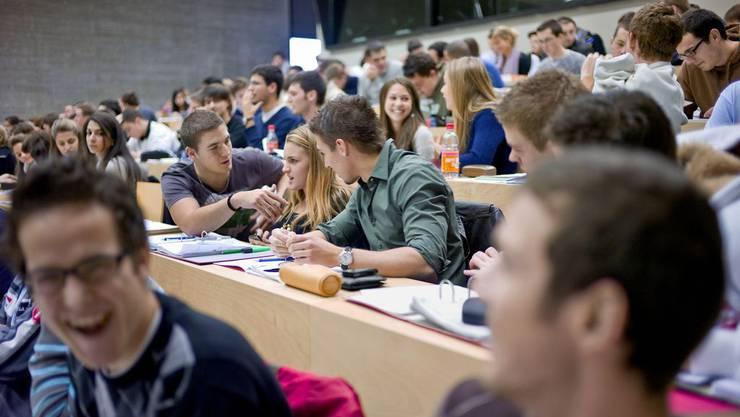 Studenten der Universität Fribourg machen sich über ihre Lehrer lustig