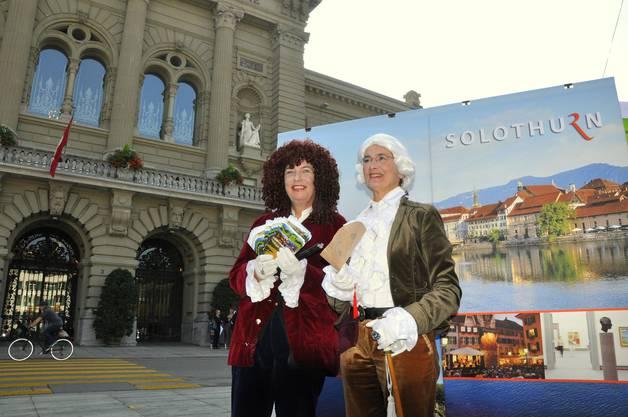 """""""Ambassadeur"""" Claire Muster und """"Casanova"""" Susanne Im Hof (rechts) posieren vor dem Bundeshaus"""
