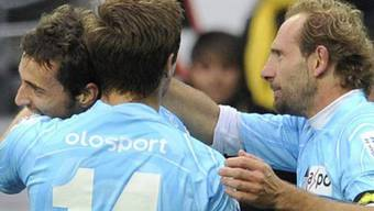 Bellinzonas Torschütze Sakari Mattila (links) nimmt die Gratulationen entgegen