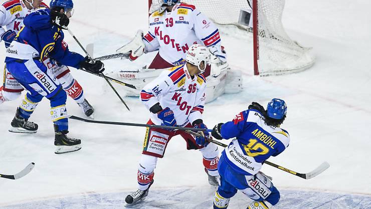 Andres Ambühl (rechts) trifft an Klotens Hüter Boltshauser vorbei zur 1:0-Führung