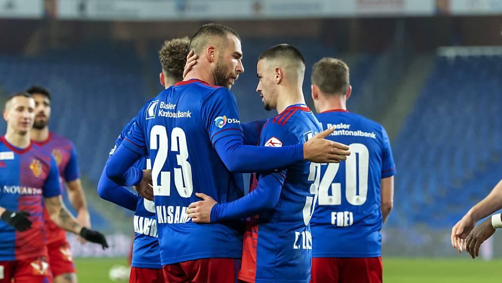 Die Basler beglückwünschen 2:0-Torschütze Pajtim Kasami (Nr. 23).