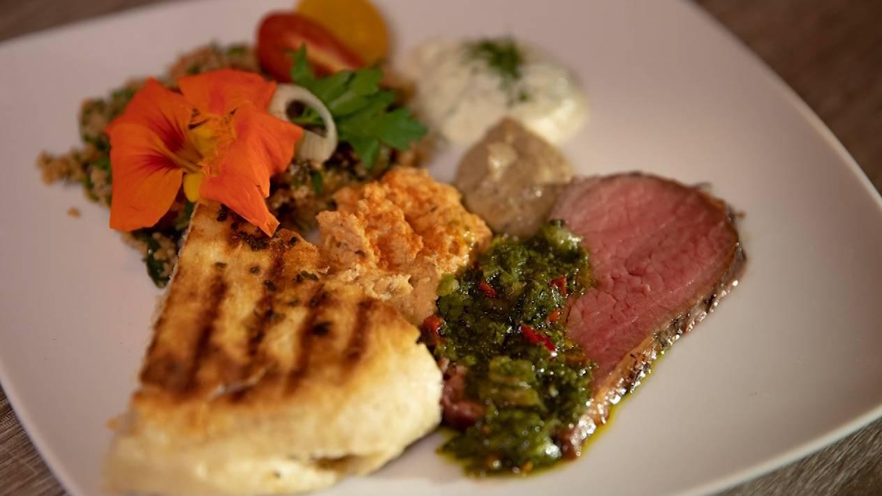 Bürgermeisterstück mit Chimichurri und Couscous-Salat