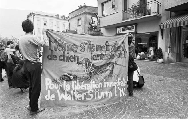 August 1992: Bei einer Solidaritätskundgebung für den inhaftierten Stürm in Sion, Schweiz, wird auf Transparenten dessen Freilassung gefordert.