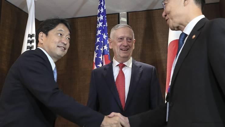 US-Verteidigungsminister Jim Mattis äussert sich im Beisein seiner Amtskollegen aus Japan und Südkorea zum Nordkorea-Konflikt auf einer Sicherheitskonferenz in Singapur.