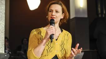 Franziska Schutzbach präsentiert ein Vortrag zu rechtspopulistischer Rhetorik.