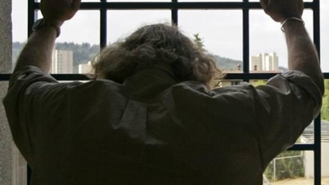 Ein heute 64-jähriger Mann muss für sechs Jahre hinter Gittern, weil er sich an einem Schüler vergangen hat. (Symbolbild)