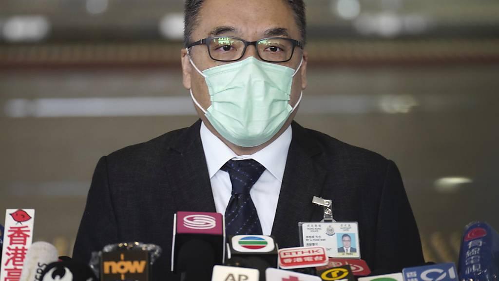 Lee Kwai Wah, Abteilungsleiter für nationale Sicherheit, trägt einen Mund-Nasen-Schutz und spricht während einer Pressekonferenz zu den Medien. Rund 50 prodemokratische Aktivisten und frühere Abgeordnete sind in Hongkong wegen angeblicher Verstöße gegen das neue Sicherheitsgesetz festgenommen worden. Foto: Vincent Yu/AP/dpa