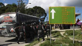 Polizisten auf dem Weg zum von Aufständen betroffenen Gefängnis Anisio Jobim in Manaus im Norden Brasiliens.