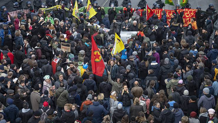 Demonstranten protestieren gegen die von der Pnos (Partei national orientierter Schweizer) organisierte Demonstration gegen den UNO-Migrationspakt in Basel.