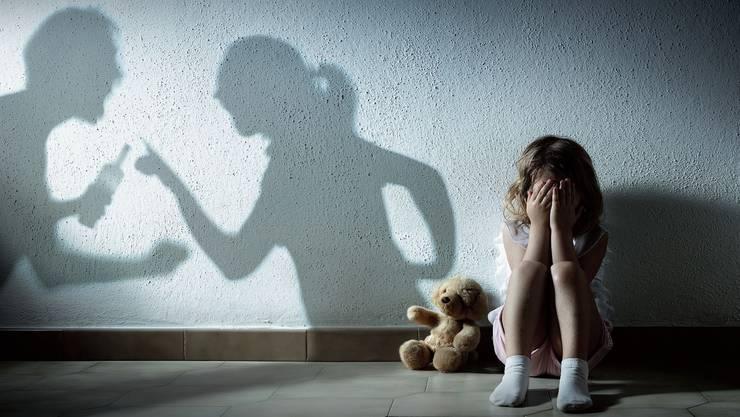 Ständig streitende Eltern stressen auch das Kind. Und es lernt Gewalt als Reaktion, selbst wenn es nicht direkt betroffen ist davon. (Symbolbild: Getty)