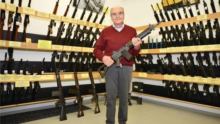 In der ehemaligen Sturmgewehr-Produktionsstätte in Neuhausen SH hat Eduard Brodbeck mit Freunden ein kleines Waffenmuseum eingerichtet.