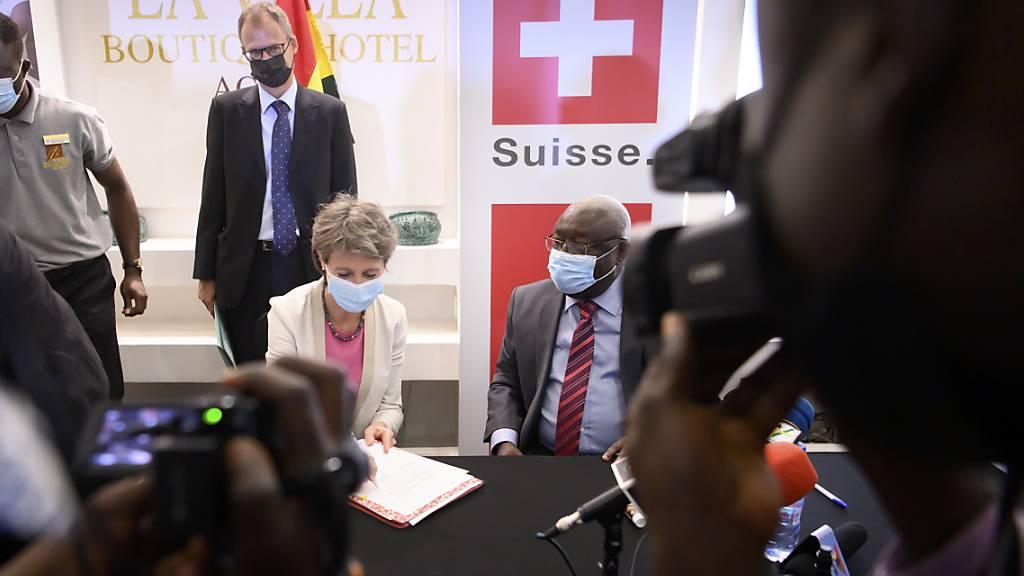 Bundesrätin Simonetta Sommaruga unterzeichnet zusammen mit dem ghanaischen Umweltminister Kwaku Afriyie in Accra ein Papier zur Verminderung von Elektroschrott.