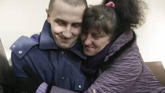 Ukrainische Frau umarmt Sohn, der von Rebellen freigelassen wurde