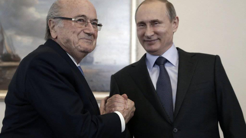 Wladimir Putin und Joseph Blatter am 25. Juli 2015 in St. Petersburg. (Archiv)