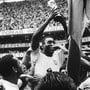Pelé (M.) stemmt den Pokal nach dem Gewinn seines dritten Weltmeistertitels 1970.