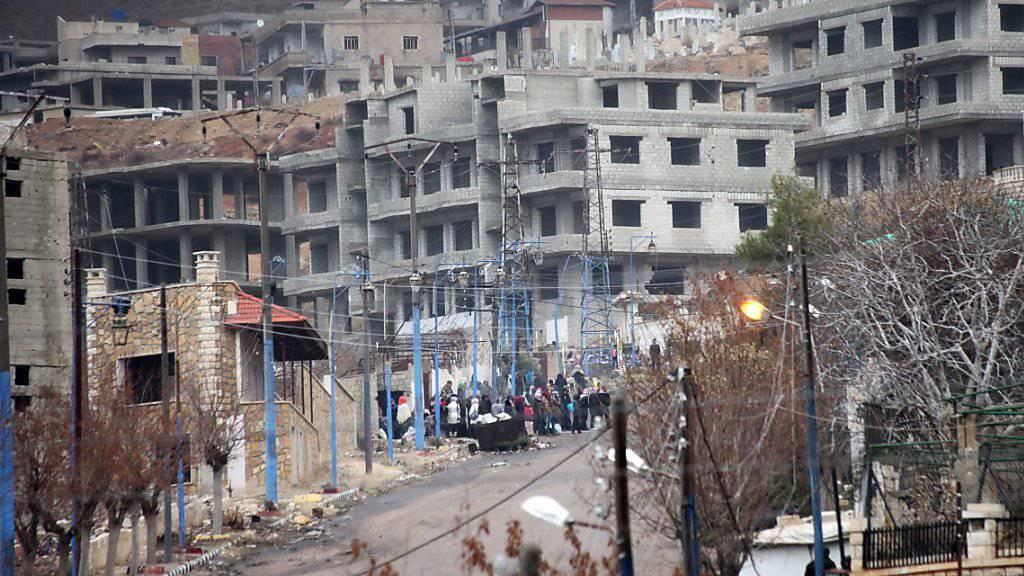 Blick auf die belagerte Stadt Madaja in der Nähe von Damaskus. Madaja sowie drei weitere belagerte Städte sollen in den nächsten Tagen evakuiert werden. (Archiv)