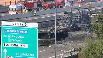 Nach dem Unfall und der Explosion auf einer Autobahn in Bologna will sich die italienische Regierung für sicherere Lastwagentransporte einsetzen.